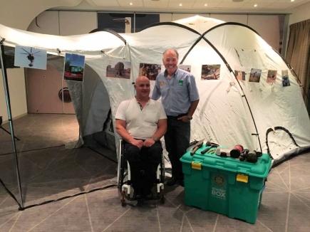 Le président et Gérard Studer devant une tente Shelterbox.